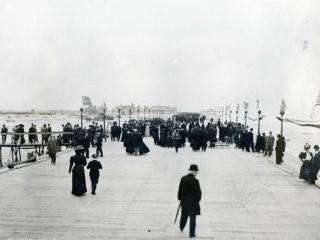 crowds on boardwalk, 1908