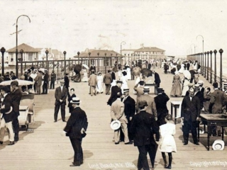crowds on boardwalk, 1910