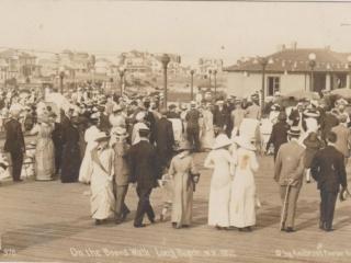crowds by boardwalk offices, 1912
