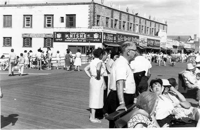 crowded boardwalk near Izzy's Knishes
